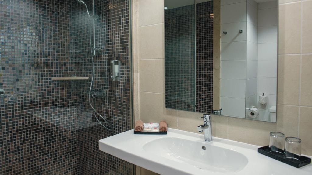 Riu Lupita, Riviera Maya bathroom